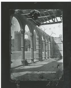 A2-7 San Vicente. Claustro y vista de lapuerta de la muralla