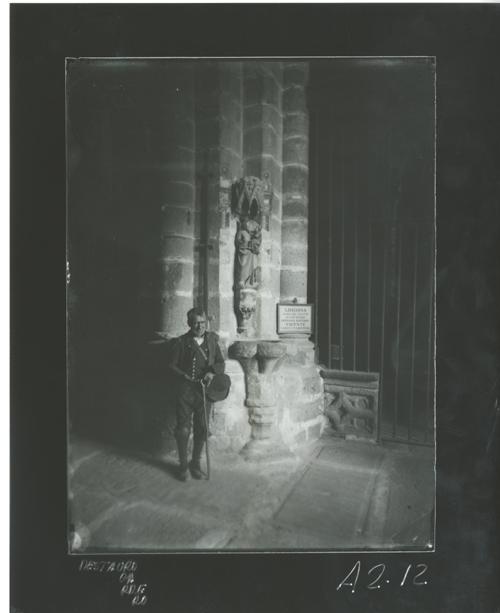 A2-12 San Vicente. Virgen gótica con Niño y mendigo