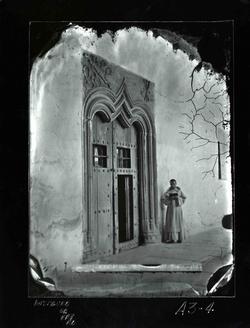 A3-4 Sto Tomás. Puerta gótica del claustro y monje leyendo