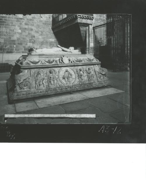 A3-12 Sto. Tomás. Lateral derecho del sepulcro de D. Juan