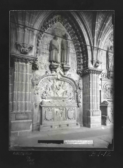 B1-12 Catedral. Sepulcro gótico del Claustro