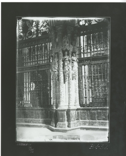 B1-32 Catedral. Pilar de la girola con relive de Santos