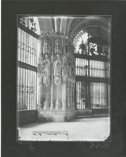 B1-33 Catedral. Pilar de la girola con figuras evangelistas