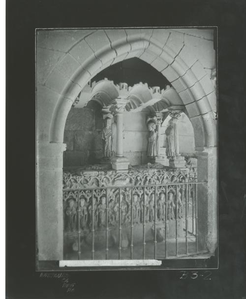 B3-2 Monasterio de las Huelgas. Sepulcro en el exterior