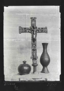 D3-3 M. Arqu. Cruz del XII, jarrito del VII y bote del XVIII