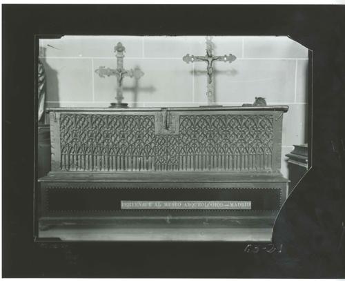 E3-21 Arcón gótico, s XV. Sobre él dos cruces góticas