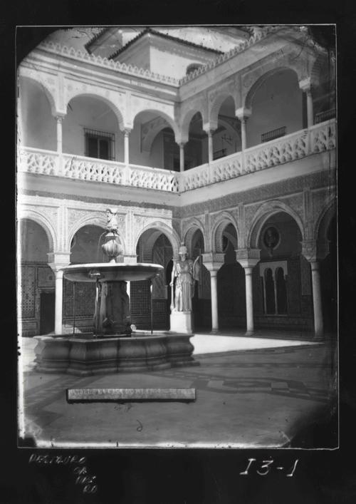I3-1 Casa Pilatos. Fuente del patio y estatua de Minerva