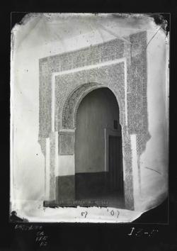 I3-5 C.Pilatos. Puerta con arco y yesería en la galería baja