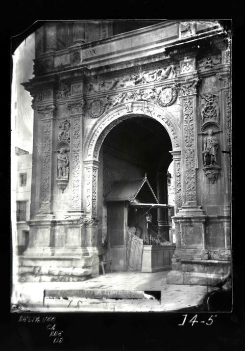 I4-5 Ayuntamiento. Puerta en el extremo izdo. de la fachada