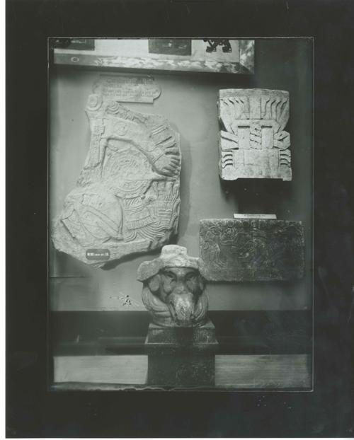 E3-1 Relieves y cabeza mixtecas, hoy en el Museo de América