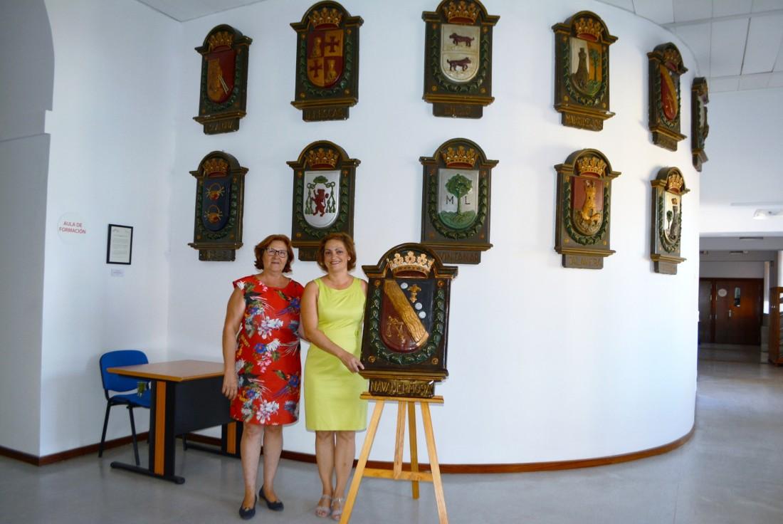 Mariá Ángeles García entrega el escudo a María del Carmen Sánchez