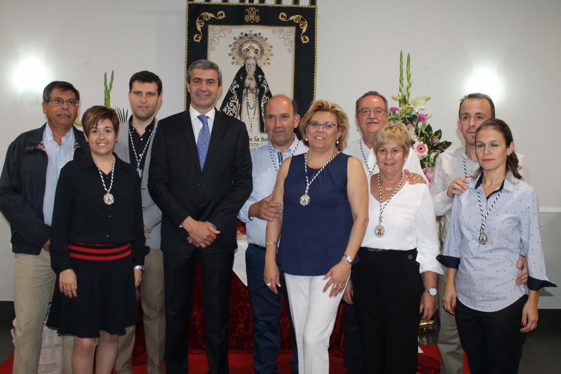 Álvaro Gutiérrez junto a Javier Nicolás y los celadores de la Hermandad de la Virgen de la Soledad