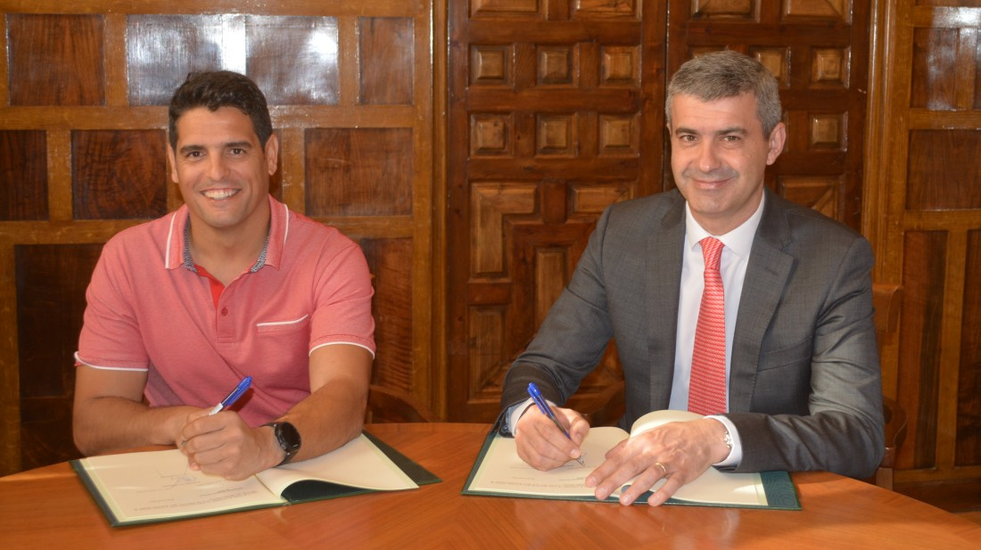 Álvaro Gutiérrez y Óscar Vázquez en la firma del convenio de colaboración
