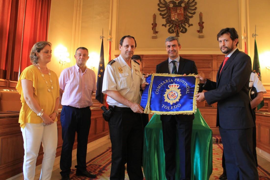 Álvaro Gutiérrez entrega a la Policía Nacional el guión honorífico de la provincia de Toledo