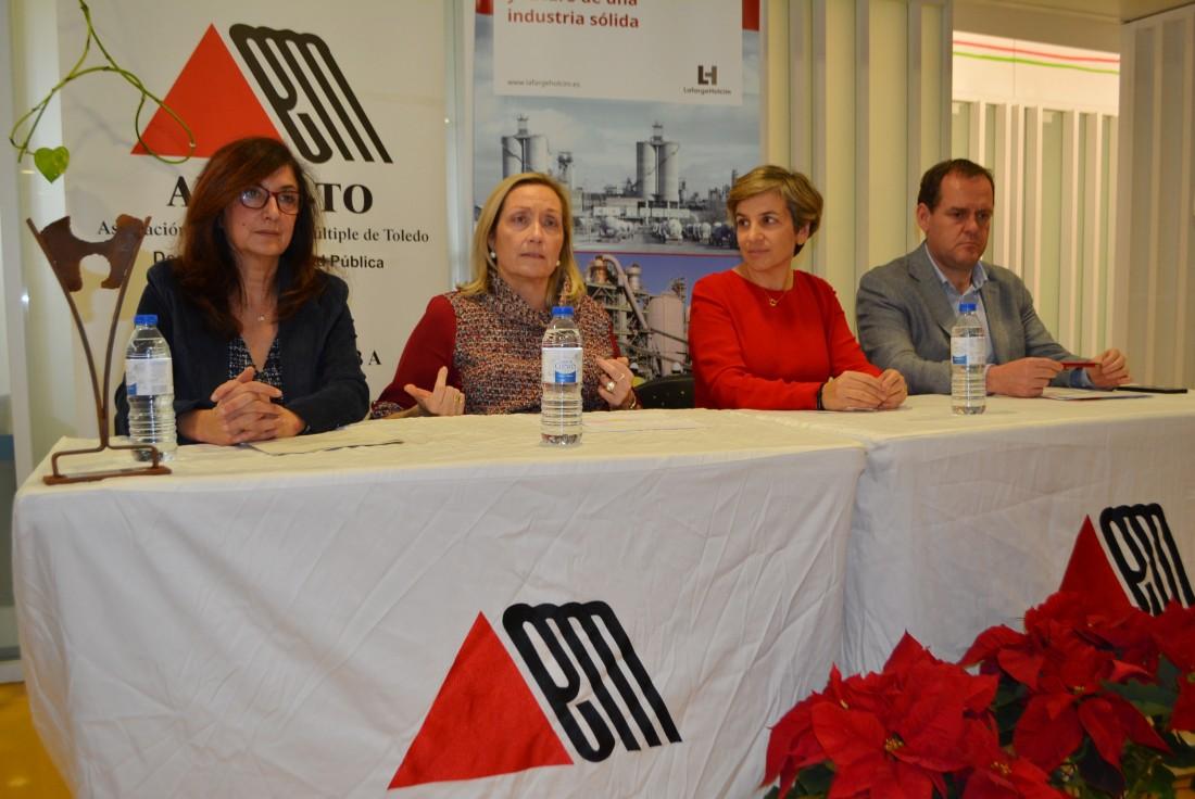 Ana Gómez con la premiada a su izquierda y la Junta Directiva de ADEM-TO