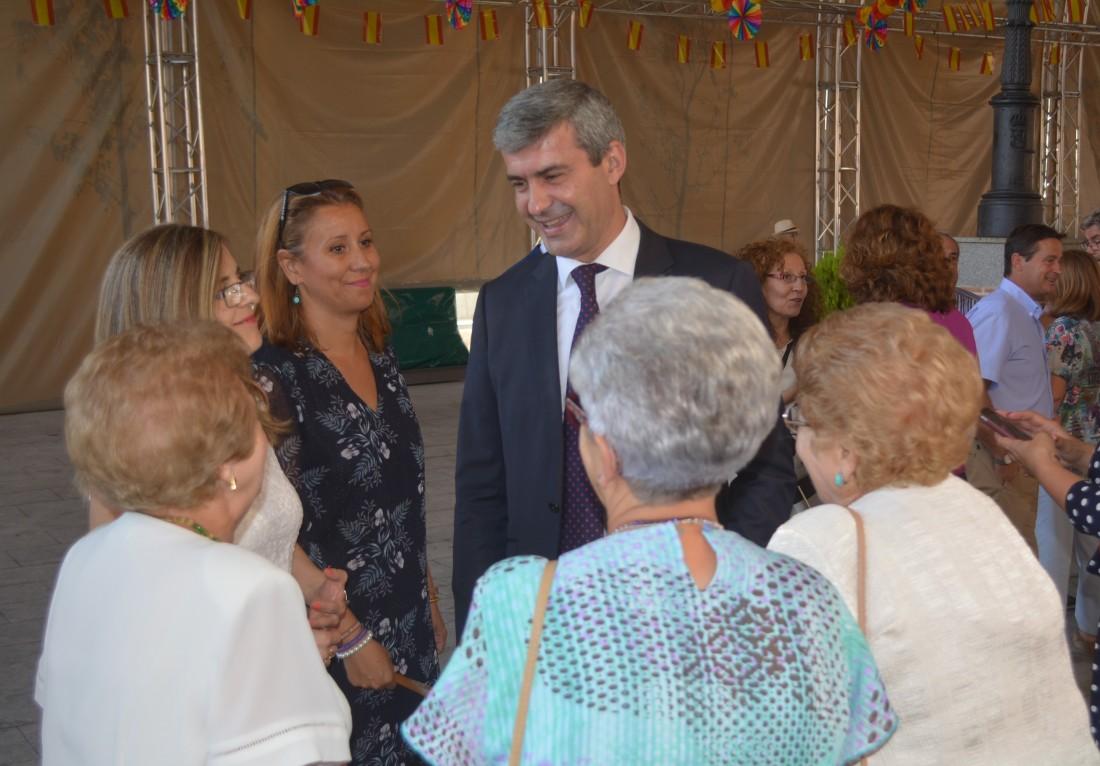 Álvaro Gutiérrez en el momento del izado de la bandera de las fiestas de Escalonilla