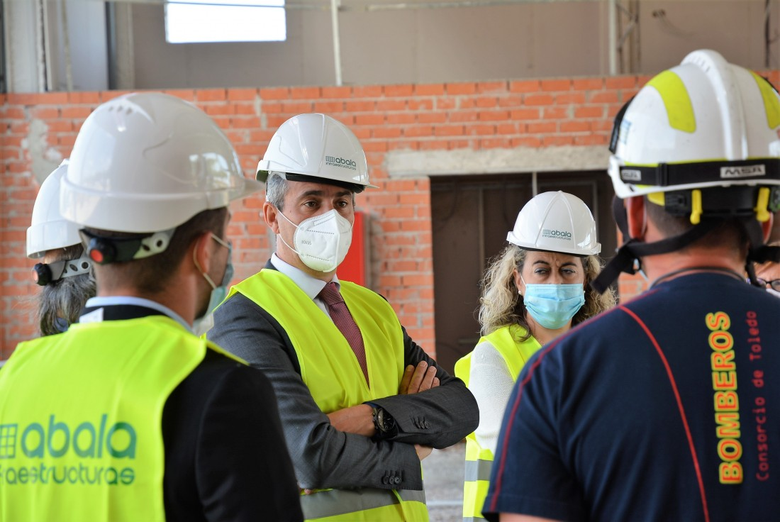 Álvaro Gutiérrez en la visita a las obras del parque de bomberos de Villarrubia de Santiago