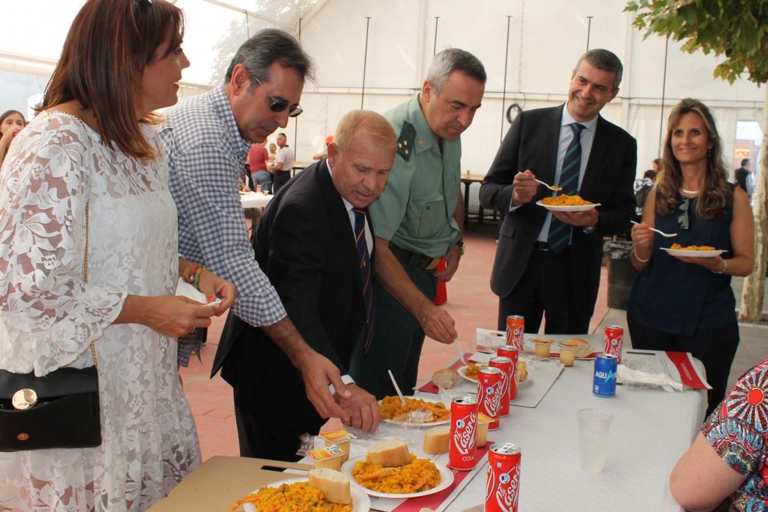 Álvaro Gutiérrez con la alcaldesa y la reina y damas de las fiestas de Gerindote