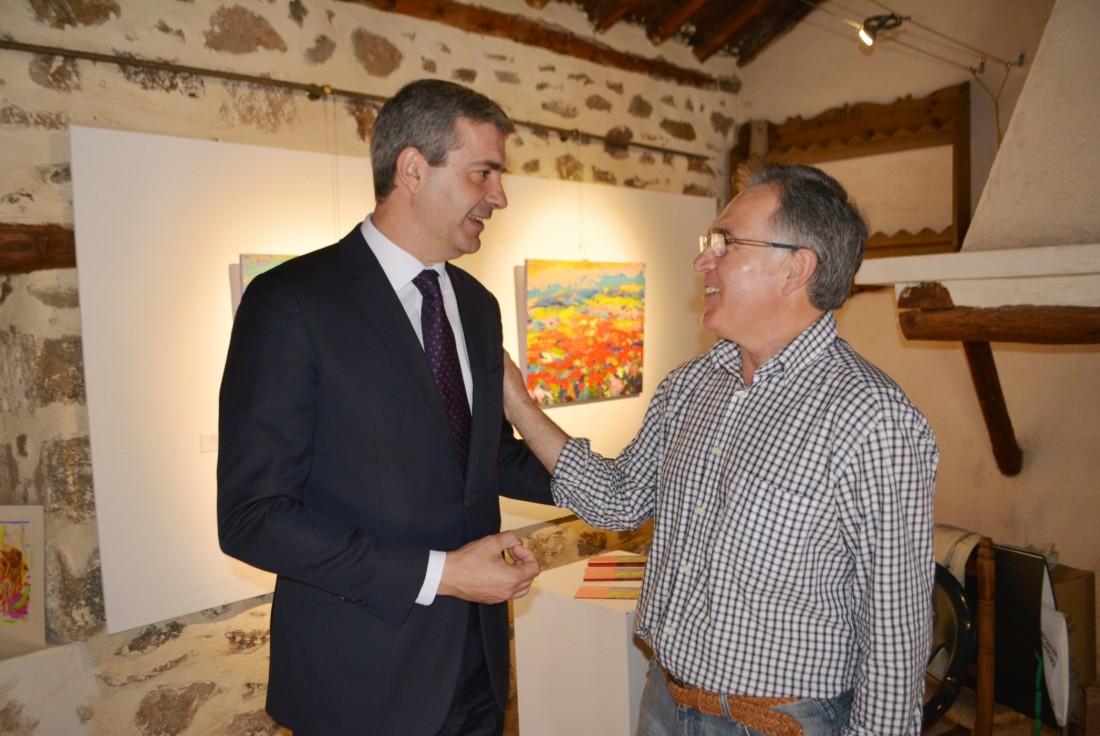 Álvaro Gutiérrez junto a Fidel María Puebla en su exposición en Melque