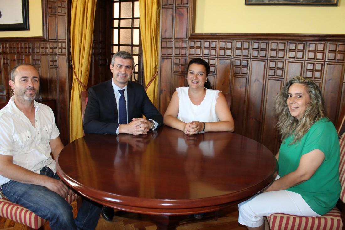 Álvaro Gutiérrez junto a la alcaldesa de Santo Domingo-Caudilla, Silvia del Olmo, y su equipo
