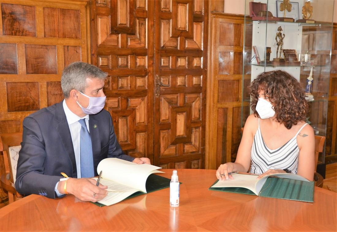 Álvaro Gutiérrez y Lourdes Nieto firmando el convenio de colaboración