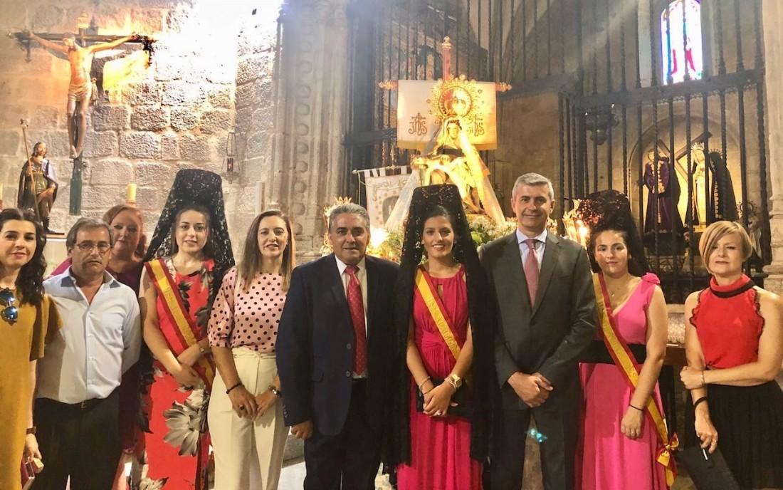 Álvaro Gutiérrez con Vicente Piñas, las mises y concejales y concejalas de Almorox.