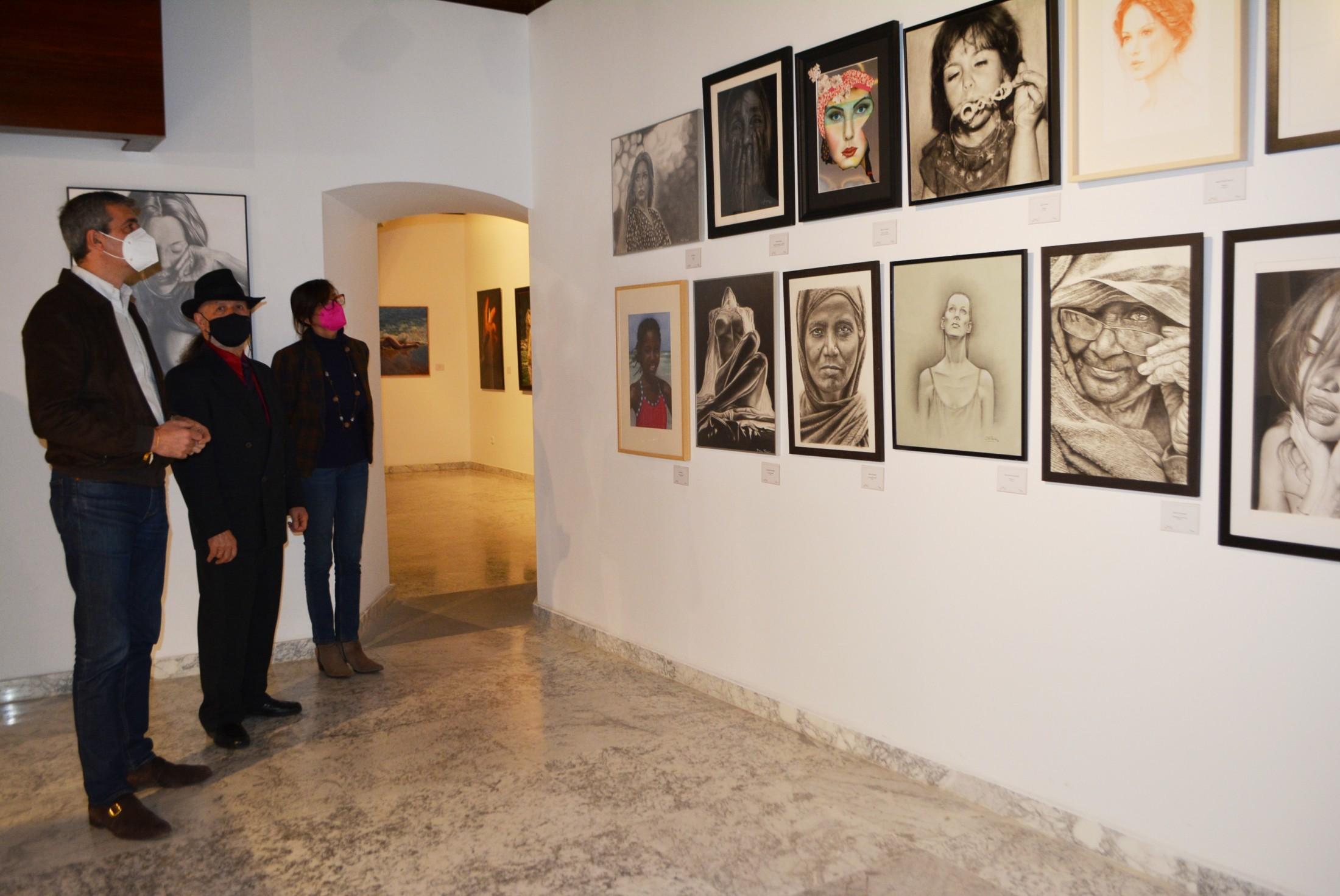 Álvaro Gutiérrez visitando la exposición