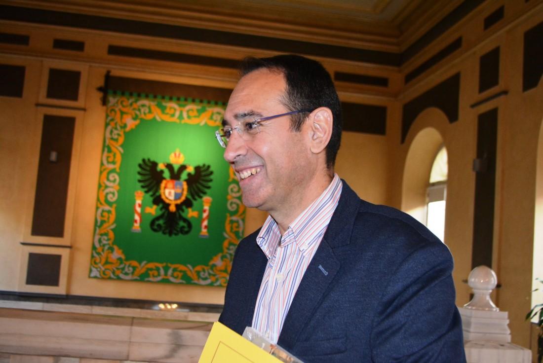 Álvaro Gutiérrez con diputados tras el pleno