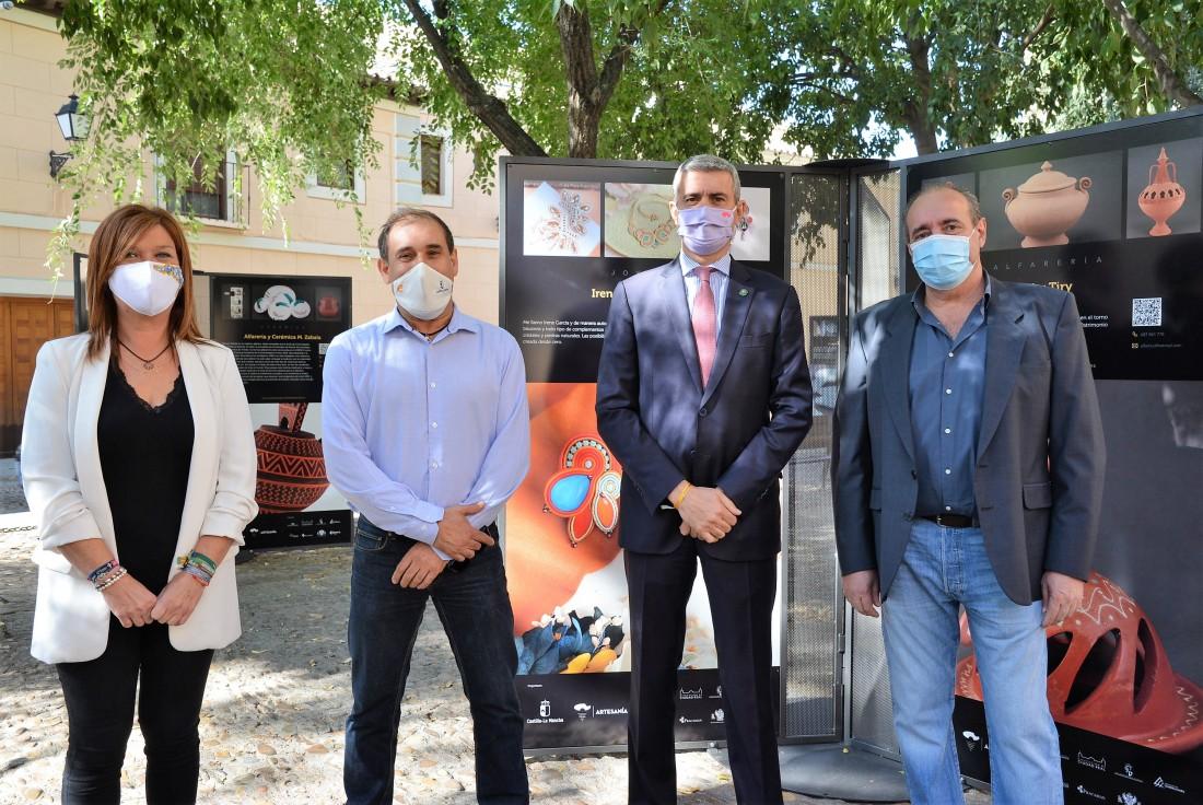 Foto de archivo: Álvaro Gutiérrez con miembros de la Asociación de Artesanos Ceramistas de Puente