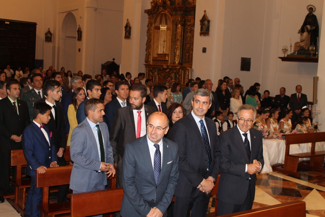 Álvaro Gutiérrez con la corporación y las reinas de las fiestas patronales de Los Yébenes