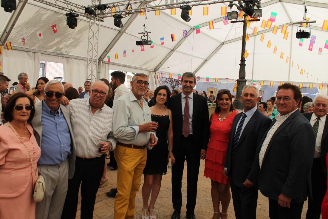 Álvaro Gutiérrez con el alcalde y concejalas de Carmena y el párroco ante el Cristo de la Cueva