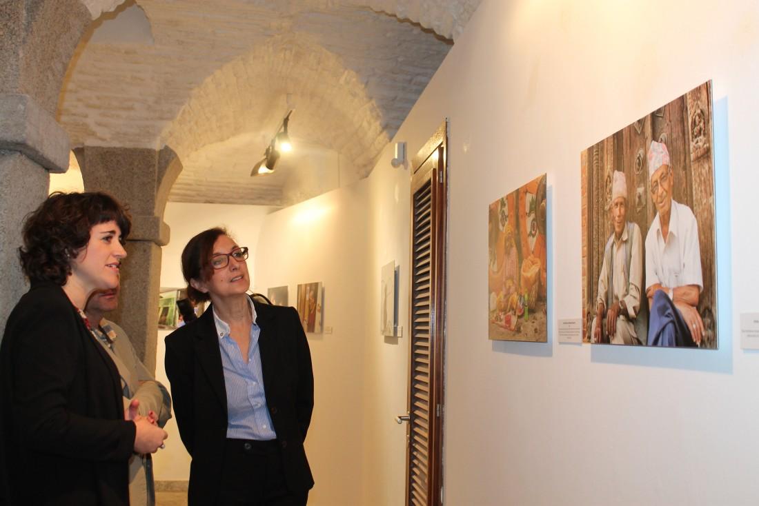 Ana María Gómez escucha las explicaciones de Irina Moreno, autora de las fotografías de Nepal