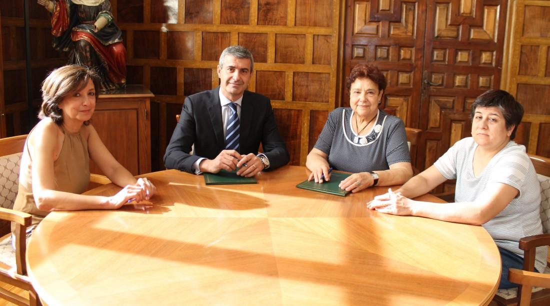 Álvaro Gutiérrez y Carmen Fernández firman el convenio de colaboración