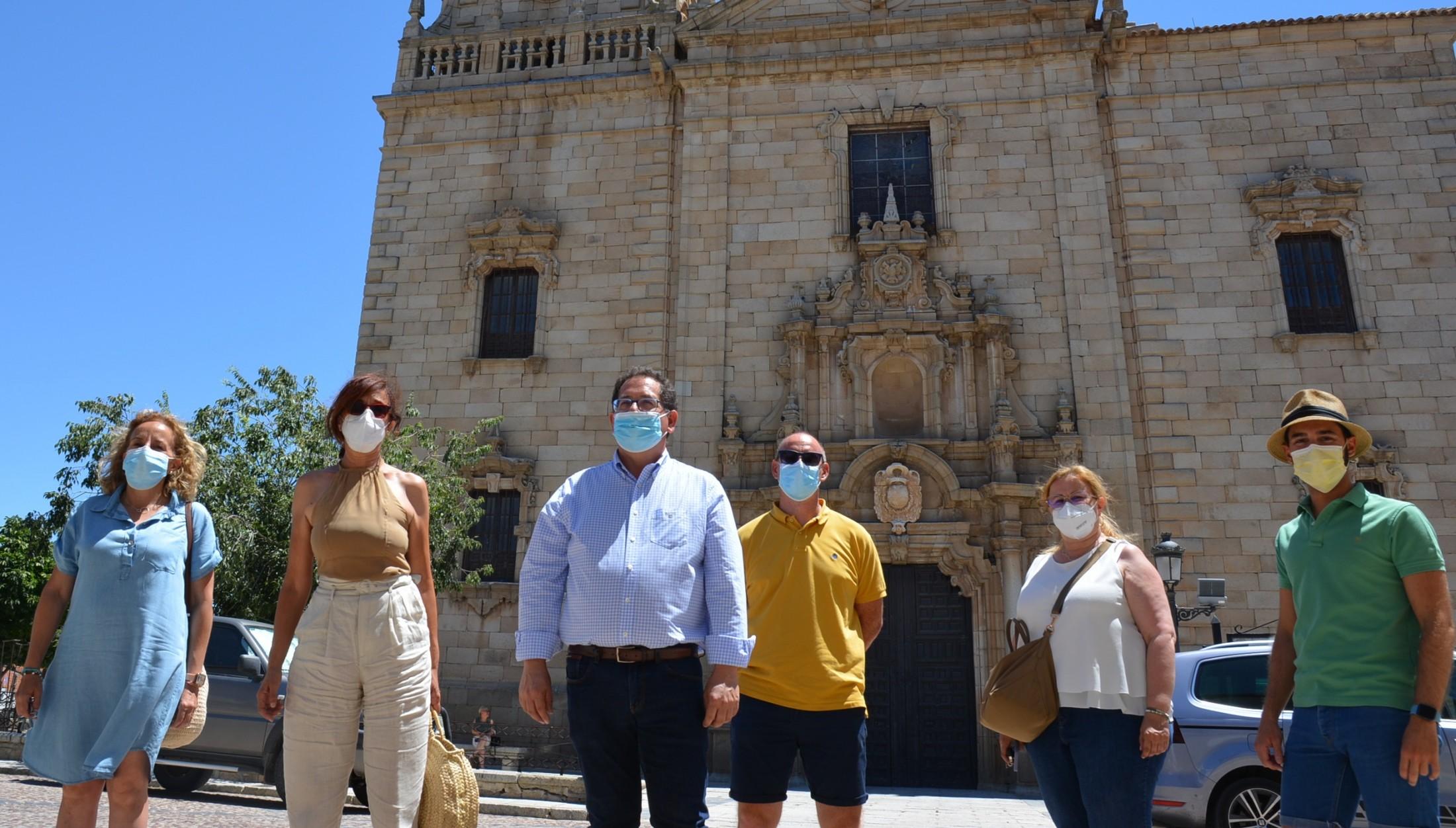 Ana Gómez con el alcalde y el equipo de Gobierno municipal de Orgaz