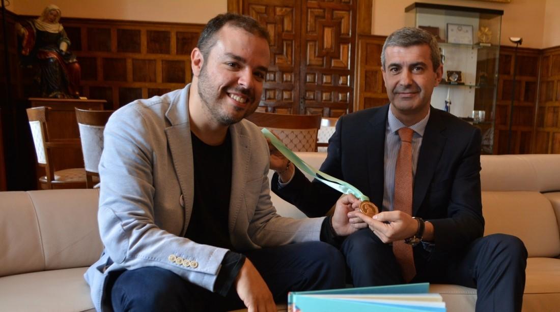 Álvaro Gutiérrez y Hernán Milla cuando visitó la Diputación de Toledo, en noviembre pasado