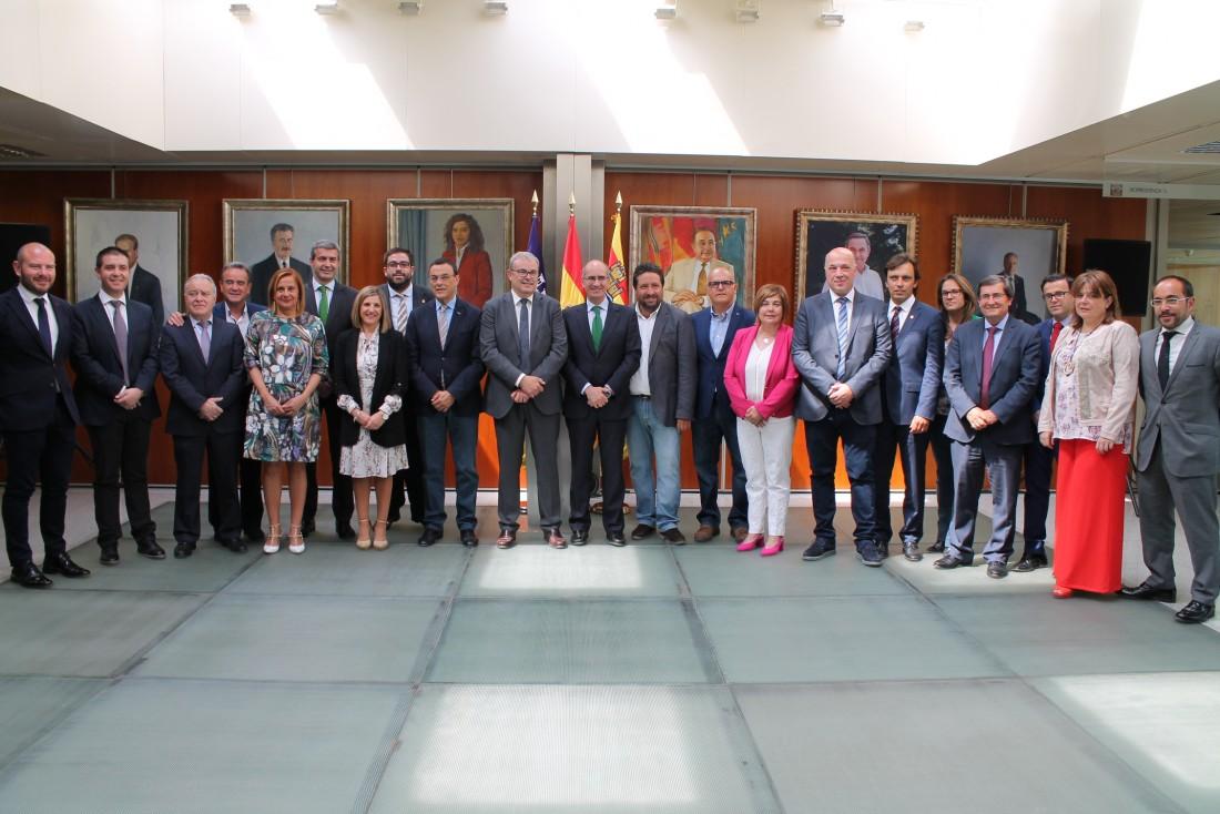 Álvaro Gutiérrez junto a los presidentes y presidentas de diputaciones reunidos en Ibiza