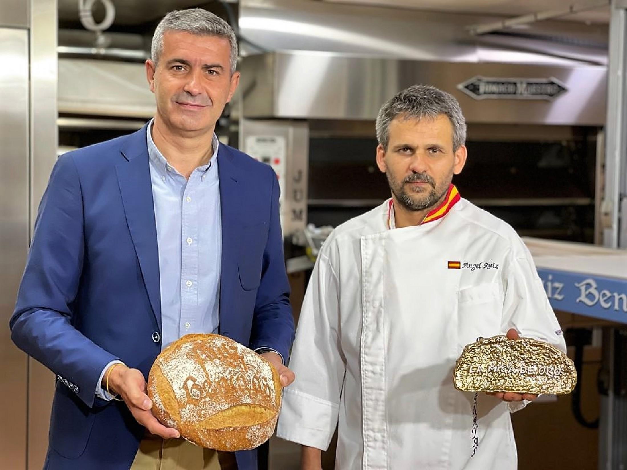 Álvaro Gutiérrez y Ángel Ruiz en el obrador del panadero en Maqueda