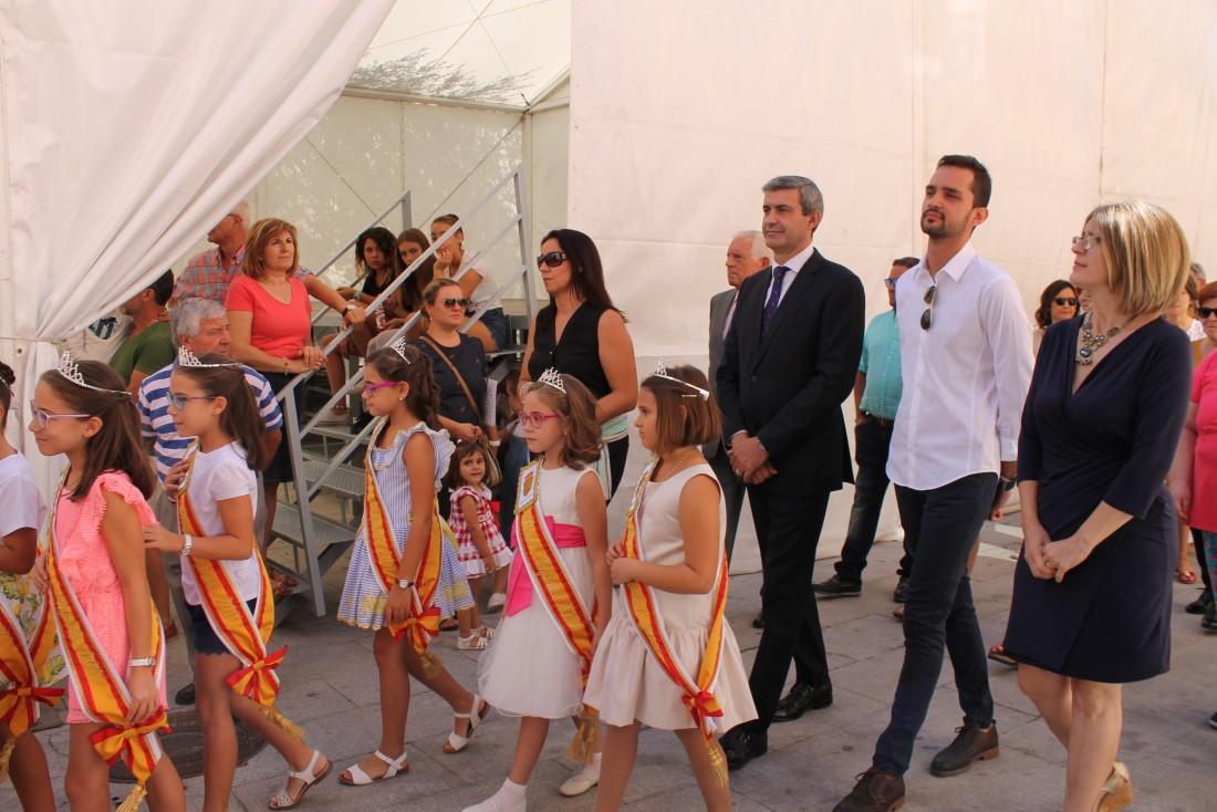 Álvaro Gutiérrez con la alcaldesa, concejalas y concejales ante el Cristo de la Cruz de Escalonilla