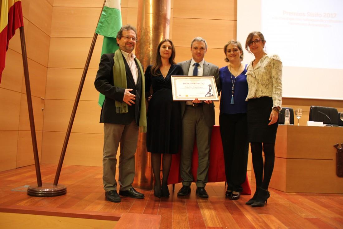 María Ángeles García y Ana Gómez con Pequeños Arqueólogos en la recogida del premio Sísifo