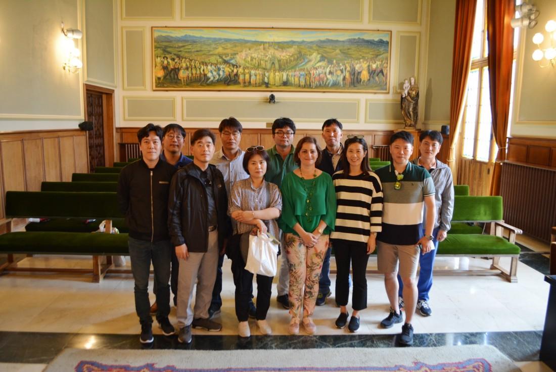 María Ángeles García con los visitantes coreanos