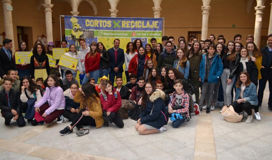 Foto de Flora Bellón con los grupos realizadores de los cortos