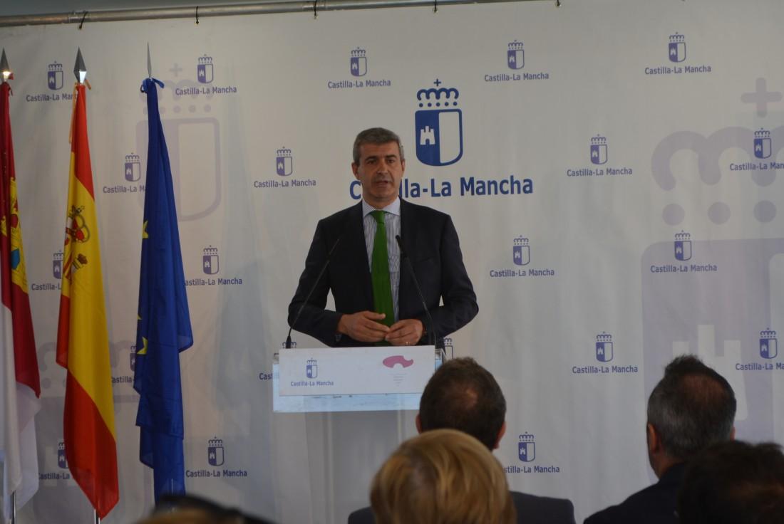 Álvaro Gutiérrez en una de las aulas del nuevo colegio de Yuncler inaugurado hoy