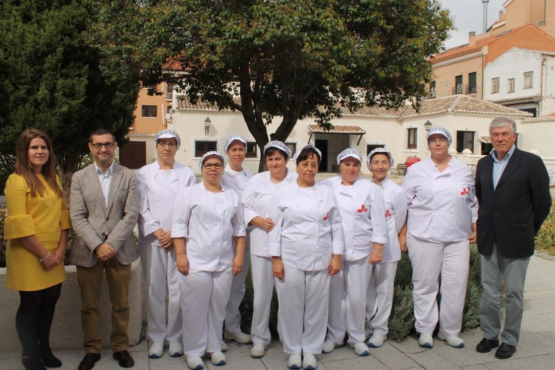 Fernando Muñoz en su vistas al taller de empleo de cocina y catering, junto a José Manuel Tofiño