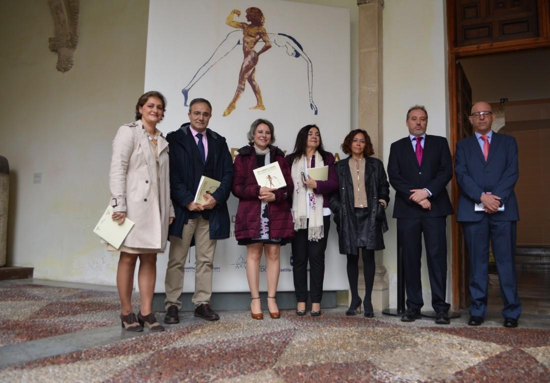 María Ángeles garcía recorre la exposición junto a las autoridades y artistas