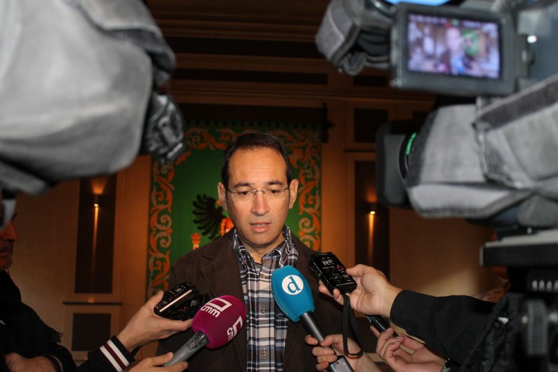 Álvaro Gutiérrez con los vicepresidentes de su Gobierno tras finalizar el pleno