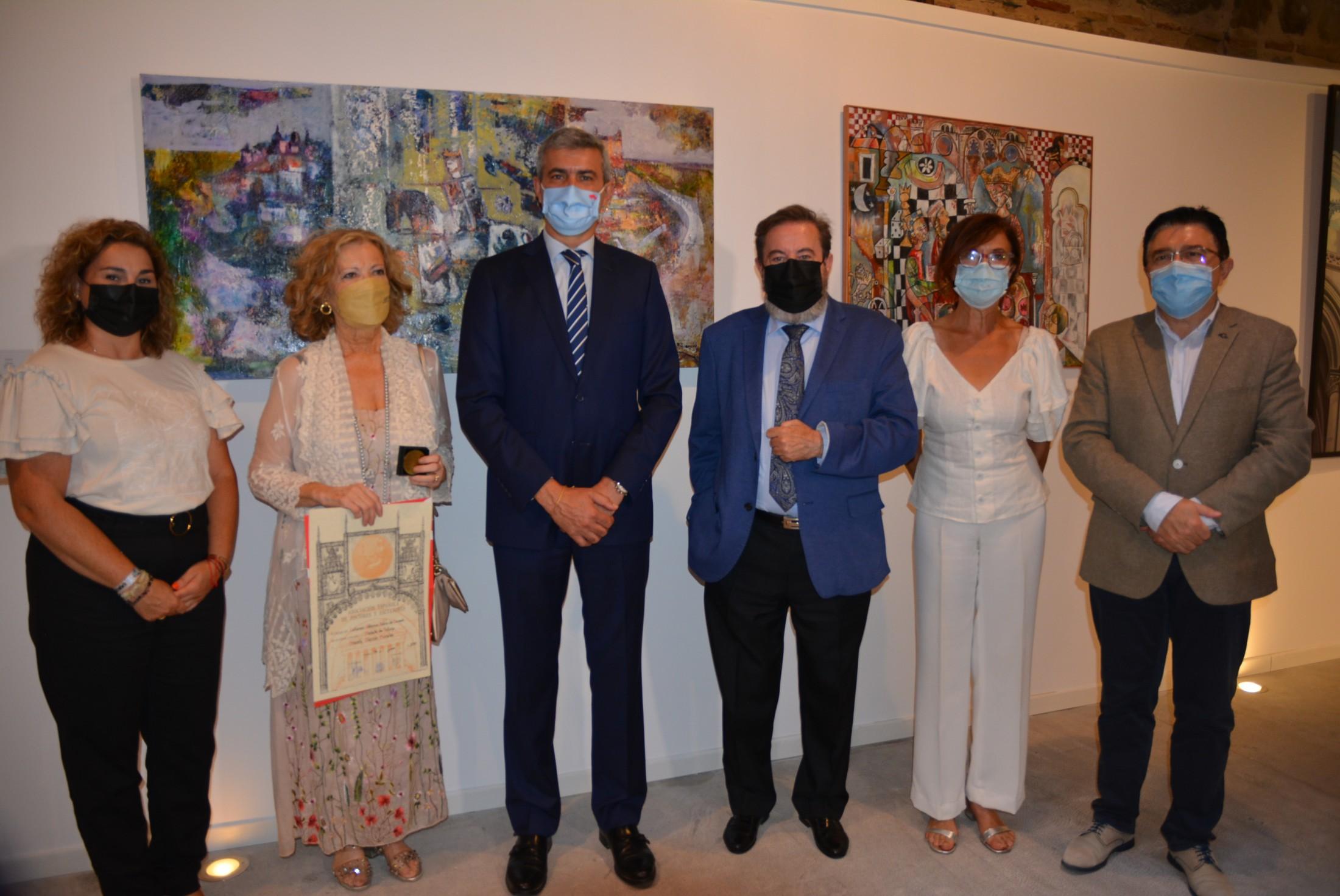 Álvaro Gutiérrez con los premiados en el certamen cuyas obras forman la exposición Alfonso X