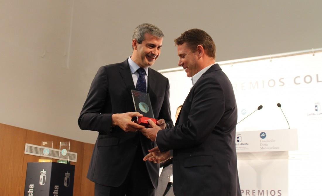Álvaro Gutiérrez junto a los premiados, el consejero de Agricultura y el presidente de las Cámaras