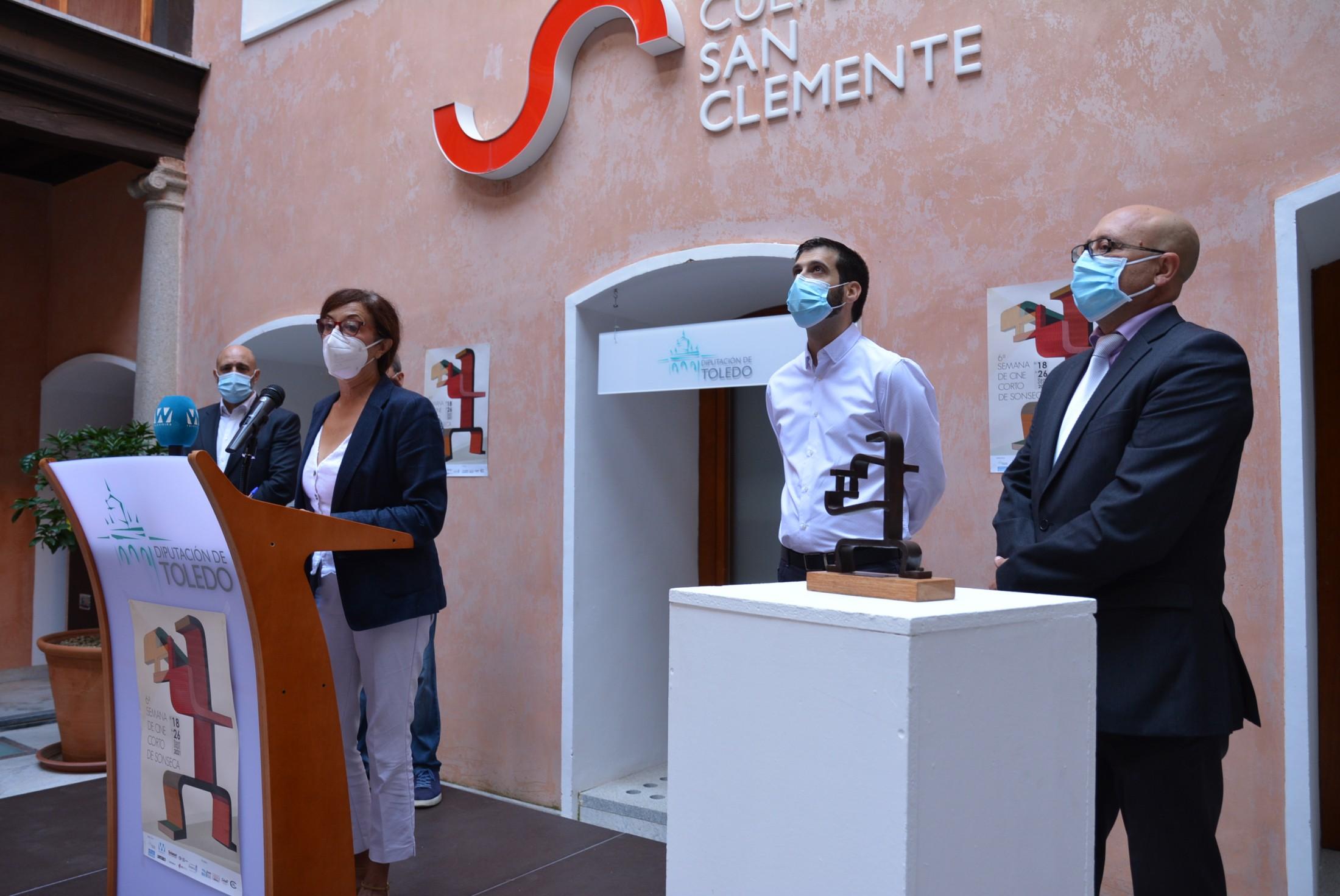 Ana Gómez y los organizadores de la VI Semana de cine corto de Sonseca