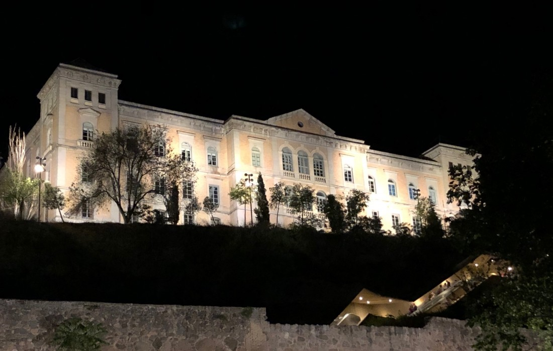 Fachada de la Diputación de Toledo de noche
