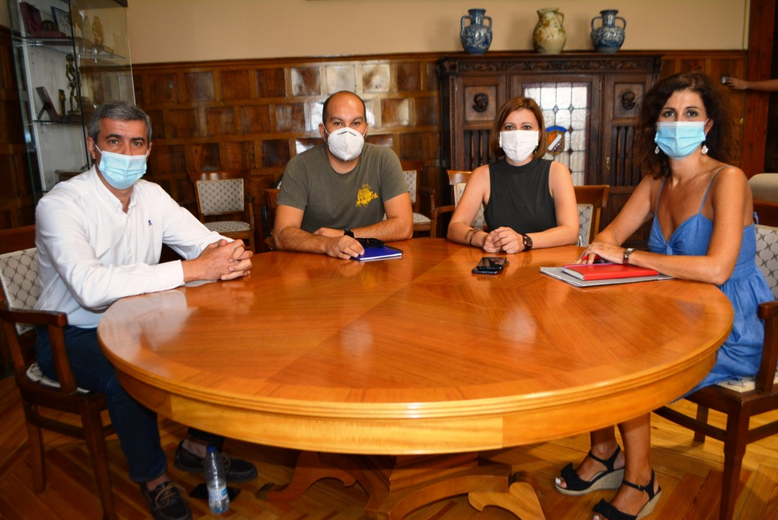 Álvaro Gutiérrez con los representantes de La Tribuna de Toledo
